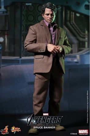 La figurine de Bruce Banner en pied abec sa veste
